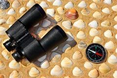 Rocznika lornetki, kompas i Seashells, Morski tło Zdjęcia Royalty Free