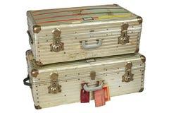 Rocznika lota aluminiowe walizki odizolowywać na bielu Zdjęcie Royalty Free