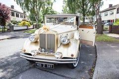 Rocznika ślubny samochód Fotografia Royalty Free