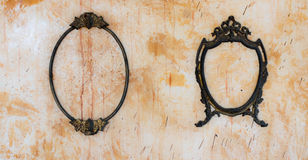 Rocznika lustra rama na starej betonowej ścianie Zdjęcia Royalty Free