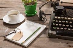 Rocznika maszyna do pisania na starym drewnianym biurku Obrazy Royalty Free
