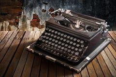 Rocznika maszyna do pisania na stole Fotografia Stock
