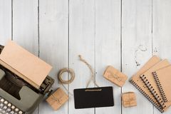 Rocznika maszyna do pisania, notepads, teraźniejszość pudełka i mini blackboard, obraz royalty free