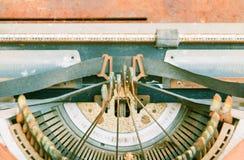 Rocznika maszyna do pisania z ośniedziałym technologia antyk obrazy stock