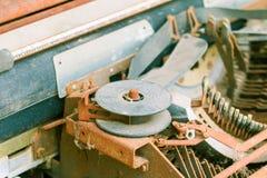 Rocznika maszyna do pisania z ośniedziałym technologia antyk zdjęcia stock