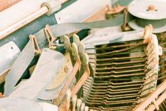 Rocznika maszyna do pisania z ośniedziałym technologia antyk obraz stock