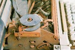Rocznika maszyna do pisania z ośniedziałym technologia antyk zdjęcie stock