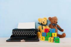 Rocznika maszyna do pisania z starymi zabawkami Zdjęcia Royalty Free