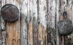 Rocznika materiału obwieszenie na drewnianej ścianie obrazy stock