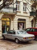 Rocznika Mercedes-Benz 280 CE parkujący przed Laundromat Obrazy Royalty Free