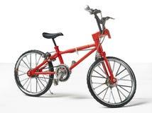 Rocznika metalu bicyklu biała zabawka nad drewnianym stołem Obraz Stock