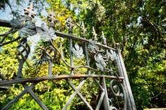 Rocznika metalu brama w ogródzie Zdjęcie Royalty Free