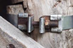 Rocznika metalu kawałek z śrubowym związkiem na tle drewniana ściana fotografia royalty free