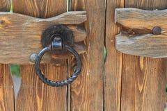 Rocznika metalu rękojeść na drewnianych bramach Obrazy Royalty Free