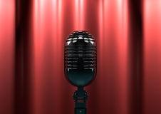 Rocznika mikrofon na scenie z czerwonymi zasłonami Markotny sceny światło Fotografia Royalty Free