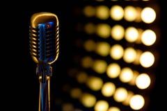 Rocznika mikrofon z koloru tłem w klubie nocnym zdjęcie royalty free