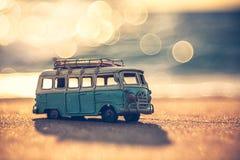 Rocznika miniaturowy samochód dostawczy w rocznika koloru brzmieniu Fotografia Stock