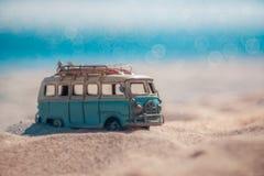 Rocznika miniaturowy samochód dostawczy w rocznika koloru brzmieniu, podróży pojęcie zdjęcie stock