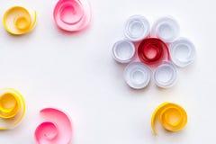 Rocznika minimalistyczny tło z papierowym kwiatem robić spirale i zawijasy, papierowa sztuka; poślubiać, rocznicy karciany pojęci obrazy royalty free