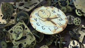 Rocznika mosiądza analogowe zegarowe przekładnie i cogs z ośniedziały tarczy zegarowej twarzy wirować zbiory wideo