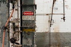 Rocznika niebezpieczeństwa znak Zaniechanego Indiana wojska Amunicyjna zajezdnia - Indiana - Disused melanżeru dom - fotografia stock