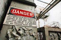 Rocznika niebezpieczeństwa znak Zaniechanego Indiana wojska Amunicyjna zajezdnia - Indiana - melanżeru dom - obraz stock