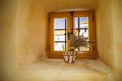 Rocznika nieociosany okno w starej gęstej ścianie z wazą lavan, Obrazy Royalty Free