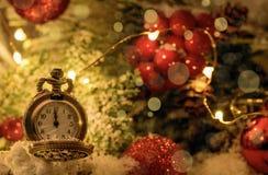 Rocznika nowego roku zegar i rożki zakrywający z śniegiem obraz royalty free