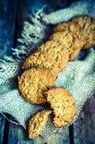 Rocznika oatmeal ciastka na nieociosanym drewnianym tle Zdjęcia Royalty Free