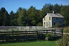 Rocznika ogrodzenie i dom fotografia stock