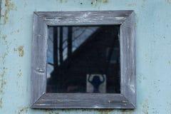 Rocznika okno na kolor ścianie Zdjęcia Stock