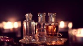 Rocznika pachnidła set, luksusowe woni butelki przy nocą zbiory