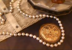 Rocznika pachnidło, lustro, koraliki, bluzka biel zdjęcia royalty free