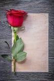 Rocznika papierowy czerwony aromatyczny rosebud na drewno desce Zdjęcie Stock