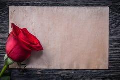 Rocznika papierowy czerwony naturalny perfumowy rosebud na drewno desce Zdjęcia Royalty Free