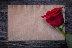 Rocznika papierowy czerwony naturalny wzrastał na drewnianej desce Zdjęcie Stock