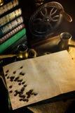 Rocznika papierowy szablon z kawowymi fasolami, turek i ostrzarz obok Atmosfera biblioteka z starymi książkami wokoło i ostrzarze obraz stock