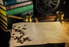 Rocznika papierowy szablon z kawowymi fasolami, turek i ostrzarz obok Atmosfera biblioteka z starymi książkami wokoło i ostrzarze fotografia royalty free