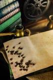 Rocznika papierowy szablon z kawowymi fasolami, turek i ostrzarz obok Atmosfera biblioteka z starymi książkami wokoło i ostrzarze obrazy stock