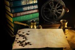 Rocznika papierowy szablon z kawowymi fasolami, turek i ostrzarz obok Atmosfera biblioteka z starymi książkami wokoło i ostrzarze obrazy royalty free