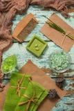 Rocznika pojęcie zielony zdrój Oliwny handmade mydło, zieleni ręczniki, morze sól i drewniana grępla dla włosianej opieki, Na roc Obrazy Royalty Free