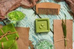 Rocznika pojęcie zielony zdrój Oliwny handmade mydło, zieleni ręczniki, morze sól i drewniana grępla dla włosianej opieki, Na roc Obrazy Stock
