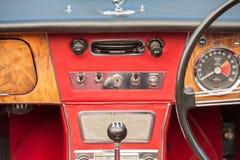 Rocznika pojazdu kierownica i deska rozdzielcza fotografia royalty free