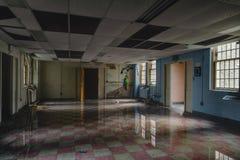 Rocznika pokój z wodą powodziową i odbiciem Nowy Jork Zaniechany szpital, Sanitarium -/- obraz stock