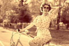 Rocznika portret dziewczyna z rowerem fotografia royalty free