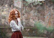 Rocznika portret miedzianowłosa dziewczyna z piegami zdjęcie stock