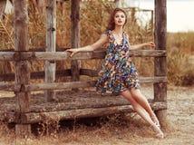 Rocznika portret na młodym pięknym portrecie w modzie kwiecisty s Zdjęcie Stock
