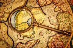 Rocznika powiększać - szkło kłama na antycznej mapie północ Po Fotografia Royalty Free