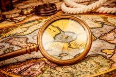 Rocznika powiększać - szkło kłama na antycznej mapie północ Po Zdjęcie Royalty Free