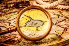 Rocznika powiększać - szkło kłama na antycznej mapie północ Po Zdjęcie Stock